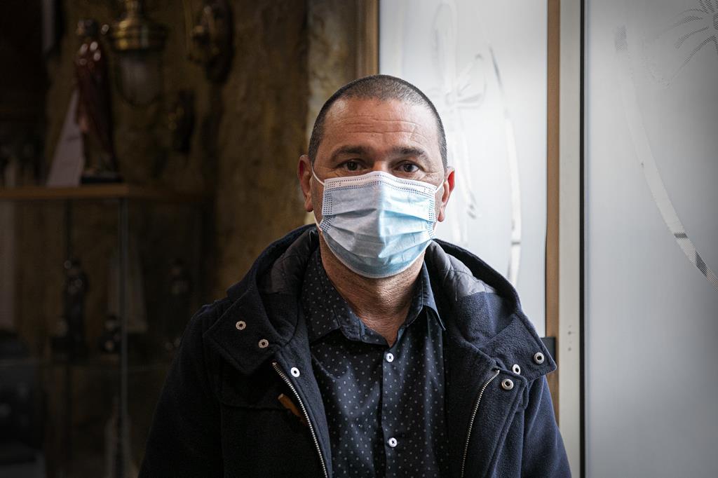 Paulo Neves, serralheiro de alumínios de profissão, perdeu a mãe há cinco dias.