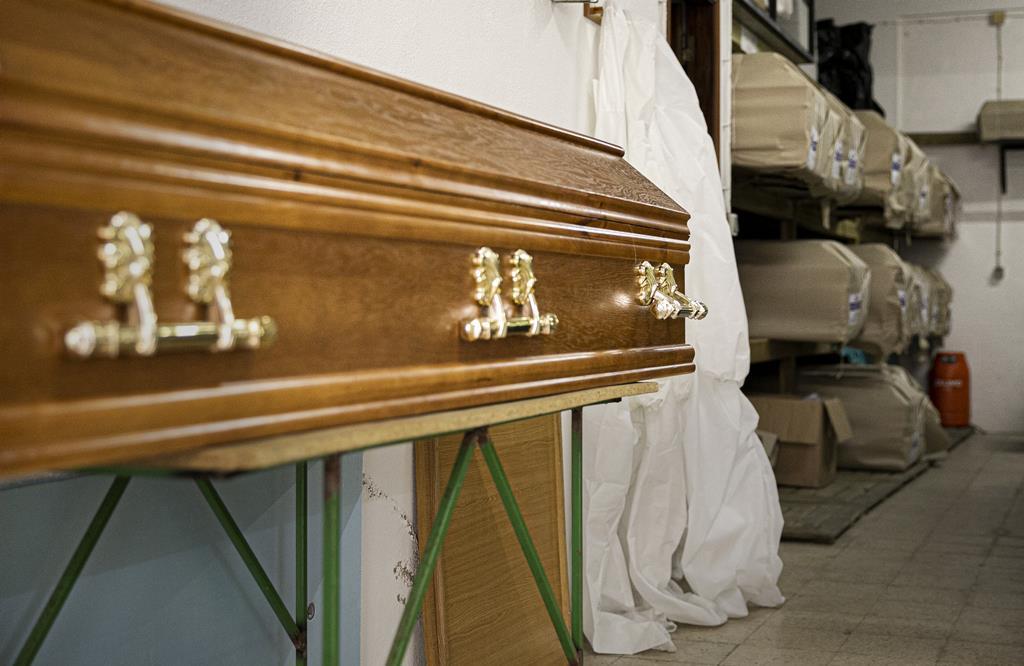 Fatos de proteção contra a Covid-19 passaram a fazer parte do dia a dia dos agentes funerários.