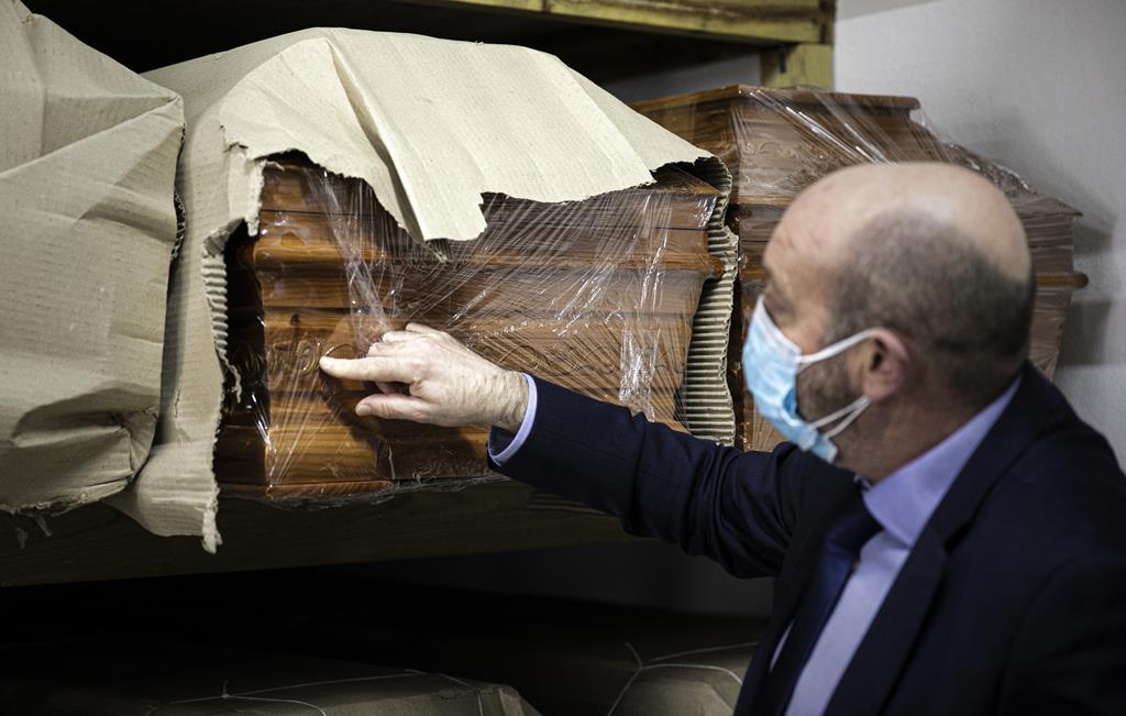 Material para as celebrações fúnebres é guardado num armazém junto ao escritório.