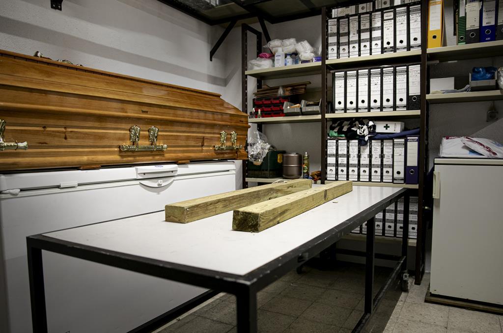 Mesa móvel utilizada para transportar os caixões para dentro da carrinha funerária.