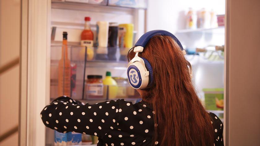 Ana Galvão a espreitar o frigorífico de Cristina Ferreira Foto: Sofia Moreira/RR