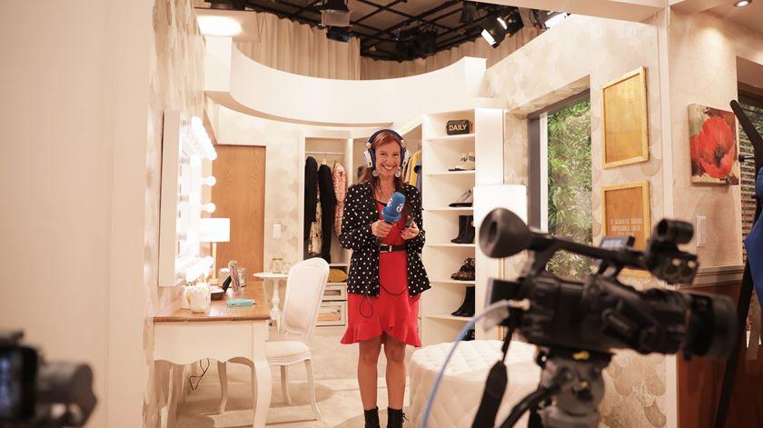 """Ana Galvão a explorar a """"casa"""" de Cristina Ferreira Foto: Sofia Moreira/RR"""
