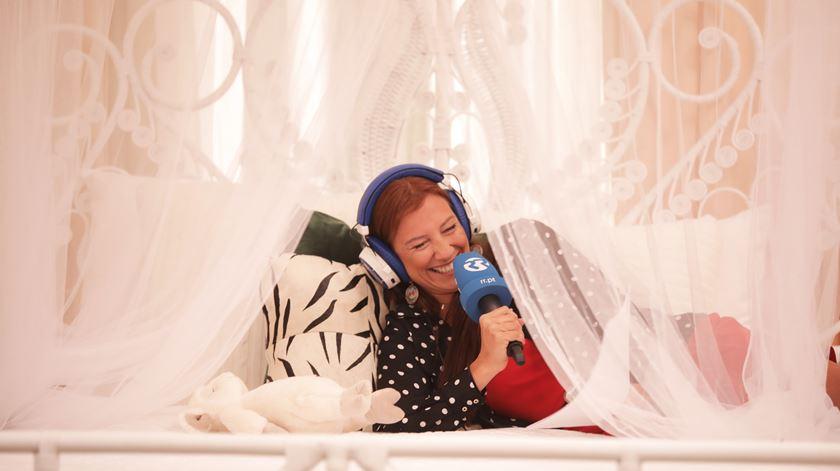Ana Galvão a experimentar a cama de Cristina Ferreira Foto: Sofia Moreira/RR