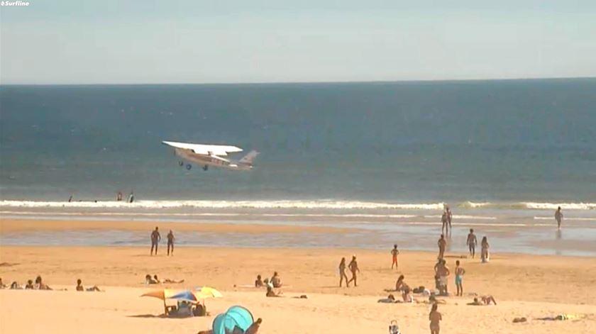 Imagens mostram aeronave segundos antes de atingir a areia