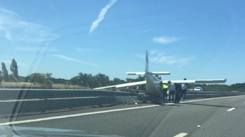 A aeronave que aterrou de emergência na A12 apenas recebeu o número de registo português CS-UUN recentemente, tendo tido anteriormente o registo PU-SLM, do Brasil, construído em 2008. Foto: Enviada por leitor