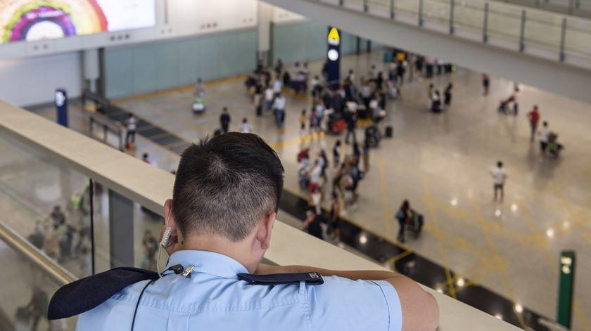 Um polícia em serviço no Aeroporto Chek Lap Kok, em Hong Kong, esta quarta-feira, um dia depois dos confrontos entre manifestantes e as autoridades. Foto: EPA/Miguel Candela