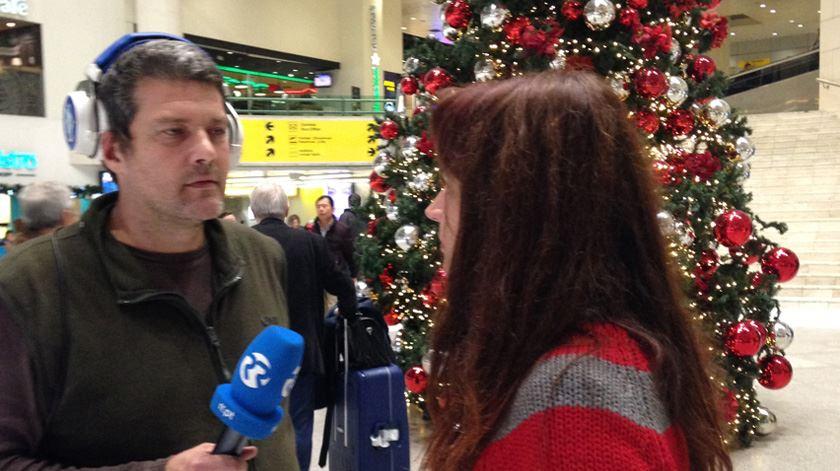 O repórter João Cunha com uma catalã que estava de regresso à Catalunha em dia de eleições