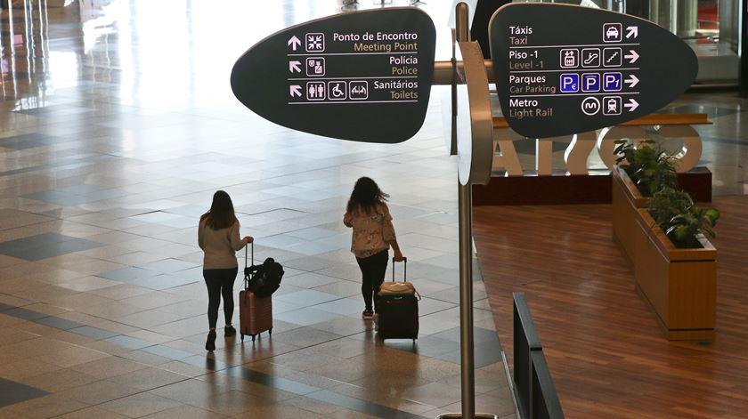À chegada ao aeroporto, só há medição da temperatura sem perguntas aos passageiros