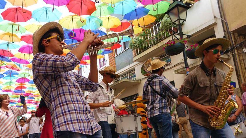 Pop art, a neta que escreve sobre o avô escritor e um festival com (muitos) guarda-chuvas