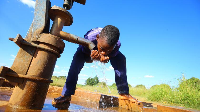No Zimbabué falta muita coisa à população, mas o Governo aproveita a pandemia para aumentar a corrupção. Foto: EPA