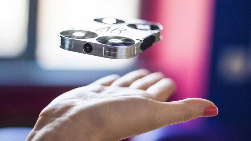 Esqueça as selfies tradicionais. Agora há um drone com câmara que cabe no bolso