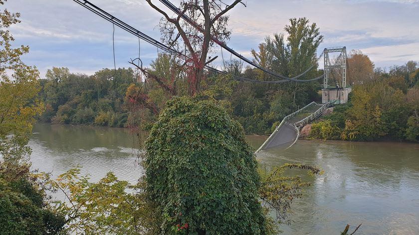 Um morto e número incerto de desaparecidos. As imagens da ponte que colapsou em Toulouse