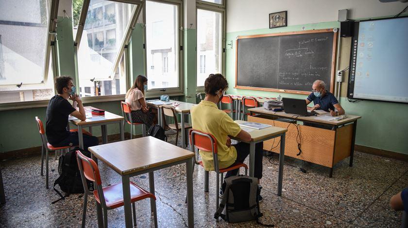 Professores em grupos de risco têm de ficar de baixa médica, diz secretário de Estado