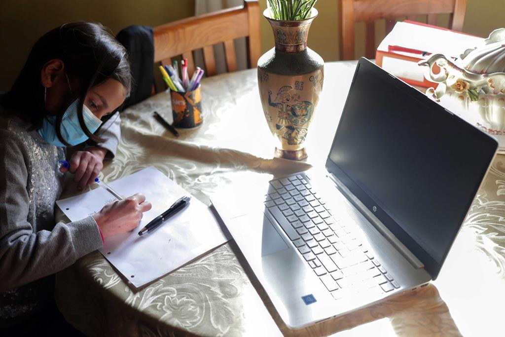 Faltam computadores para milhares de alunos. Foto: Estela Silva/Lusa