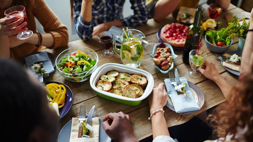 Portugueses passam duas horas diárias a comer e a beber
