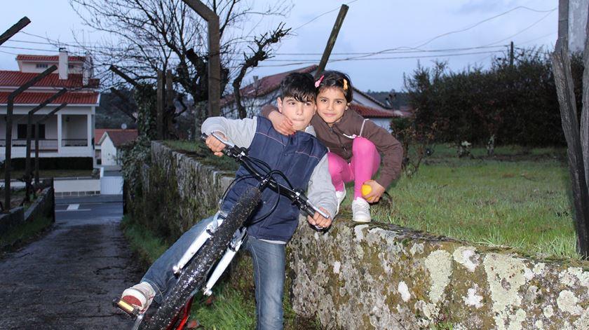 Ammar e Asmaa Abdulsalam com a bicicleta oferecida pela comunidade. Foto: Liliana Carona/RR