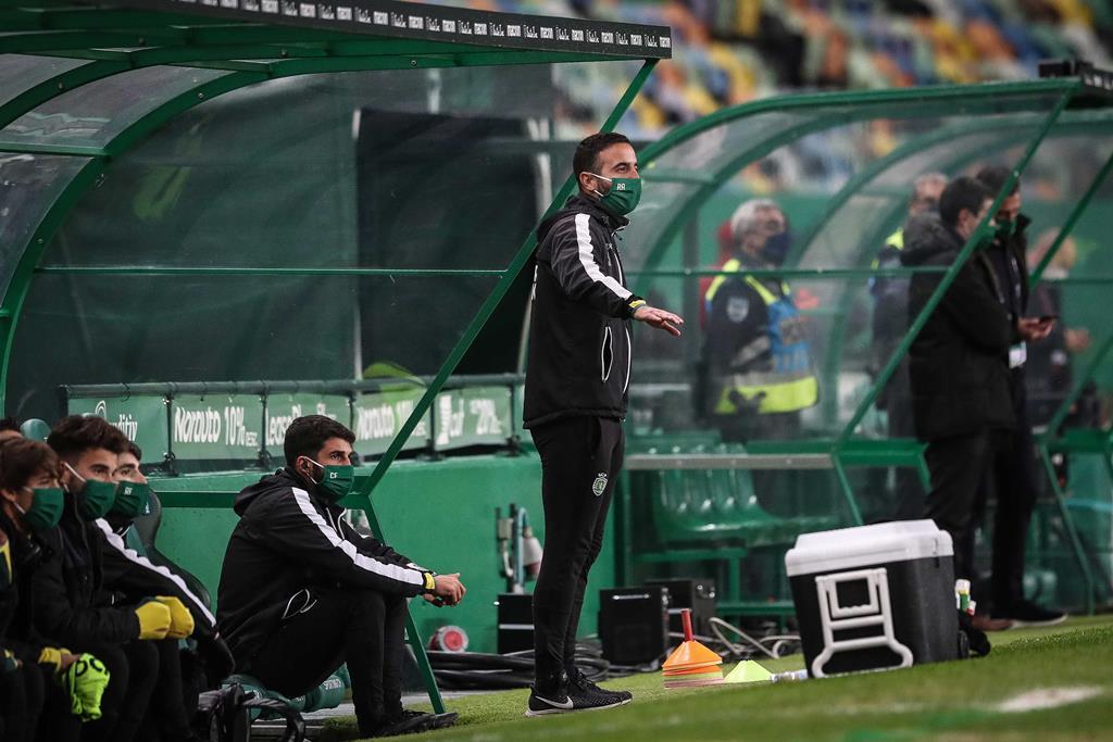 Rúben Amorim tinha de estar sentado no banco de suplentes, de máscara, durante todo o jogo. Foto: Mário Cruz/Lusa