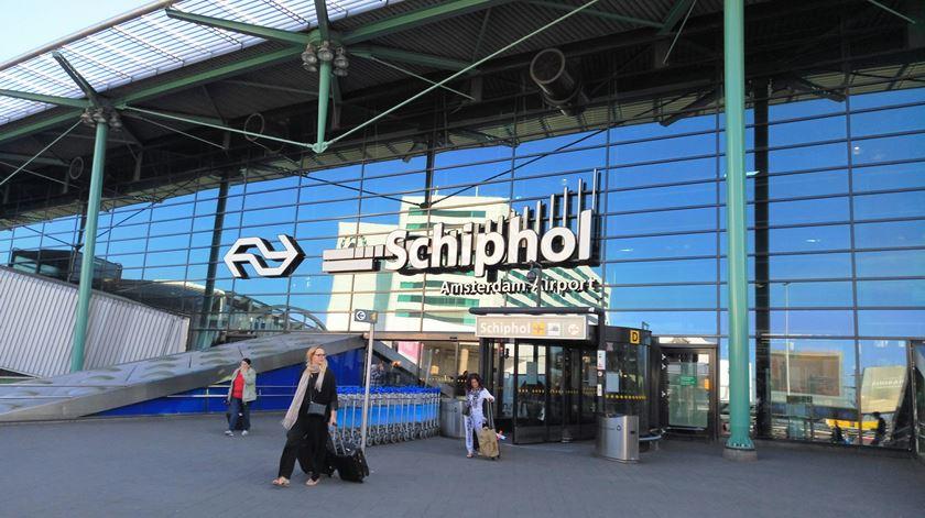 Caos no aeroporto de Schiphol. Vários voos cancelados, adiados ou desviados