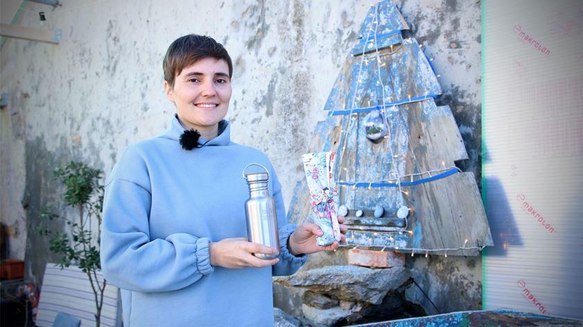 """Ana Milhazes Martins e o seu """"kit"""" de sobrevivência. Foto: Inês Rocha/RR"""