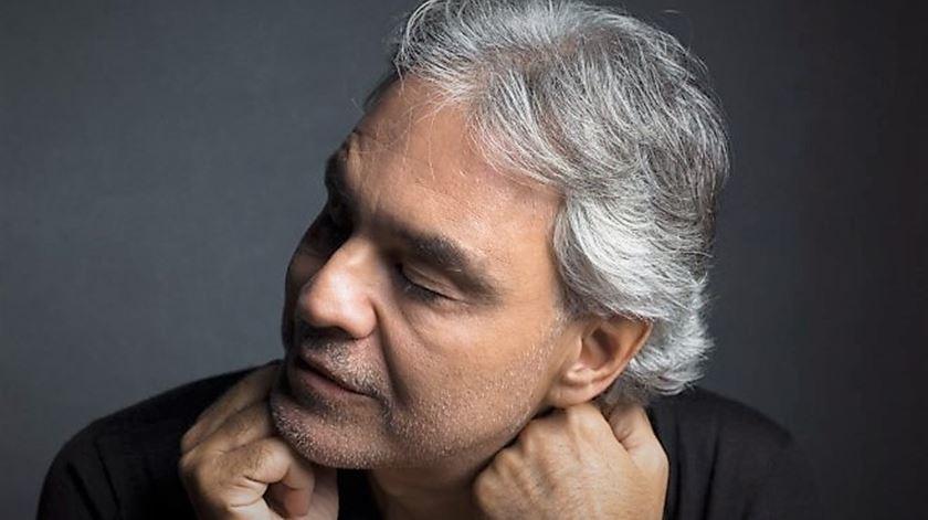 Andrea Bocelli dá concerto gratuito no domingo de Páscoa na Catedral de Milão
