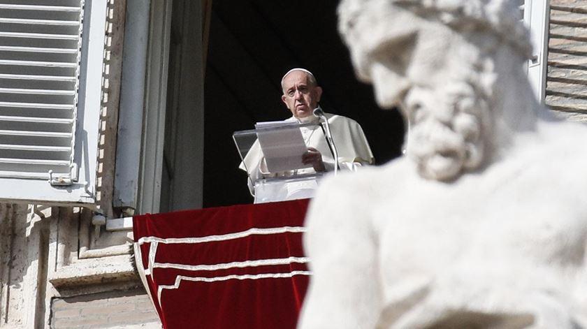 Papa reza pelas vítimas do coronavírus