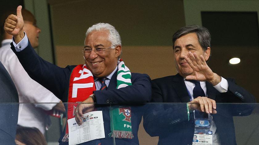 António Costa com o presidente da Federação Portuguesa de Futebol, Fernando Gomes. Foto: EPA