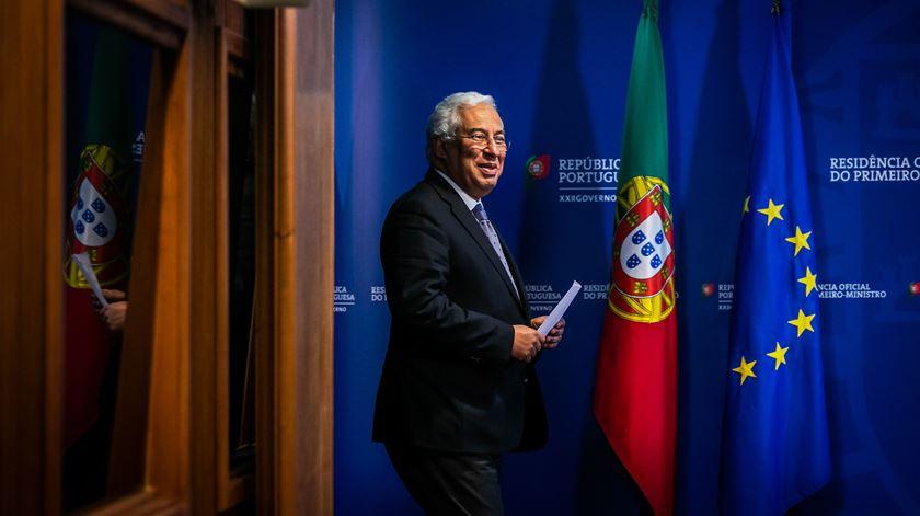 """Costa anuncia reabertura do país com """"várias linhas vermelhas"""" e """"sem vergonha de dar passo atrás"""""""