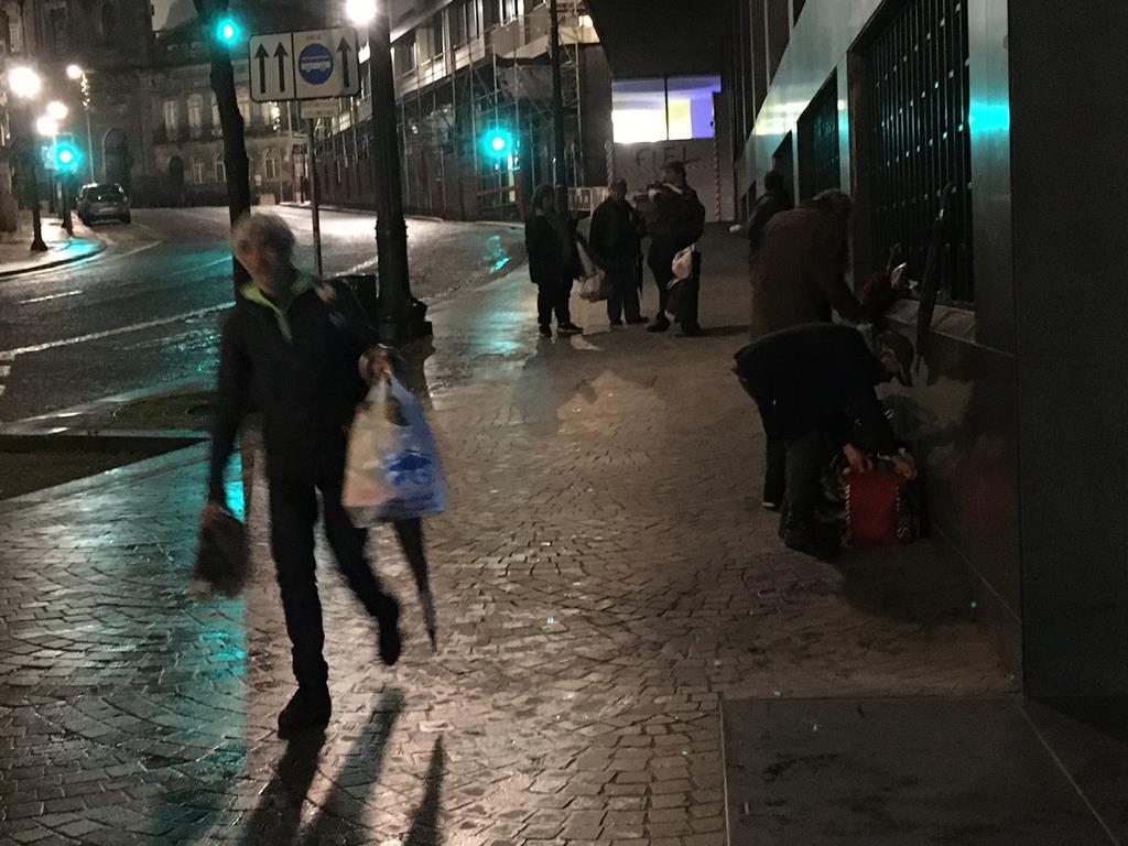 Apoio às pessoas sem-abrigo no Porto durante pandemia de Covid-19. Foto: André Rodrigues/RR