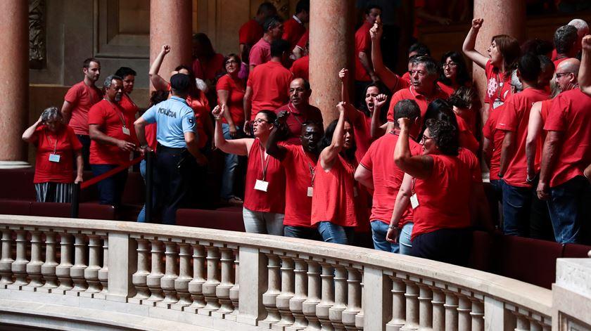 Protestos de elementos da CGTP na Assembleia da República após a aprovação de alterações ás leis laborais. Foto: António Cotrim/Lusa
