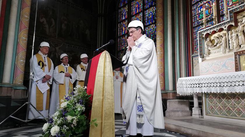 Primeira missa em Notre-Dame após incêndio celebrada de capacete, com emoção