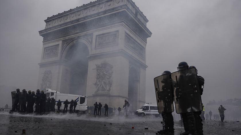 """""""Coletes amarelos"""" causam caos em Paris em terceiro dia de protesto"""