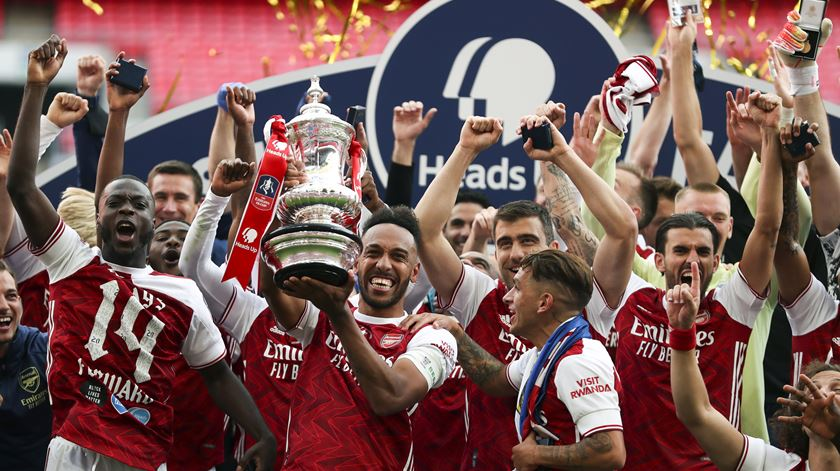 Arsenal despede 55 funcionários