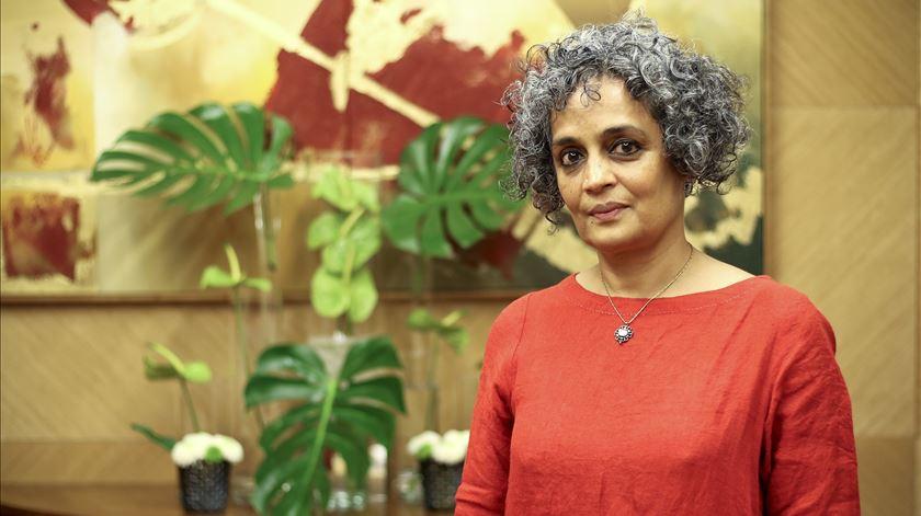 """Arundhati Roy: """"Estamos a seguir uma rota que pode destruir o mundo"""""""