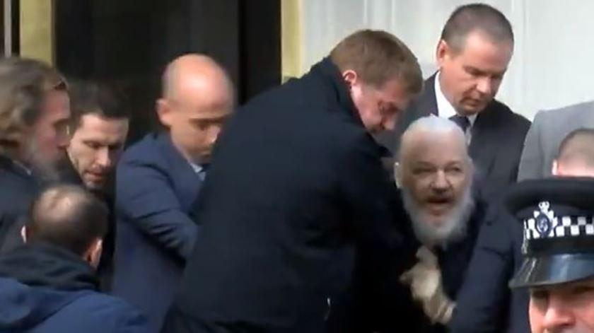 Julian Assange detido no Reino Unido