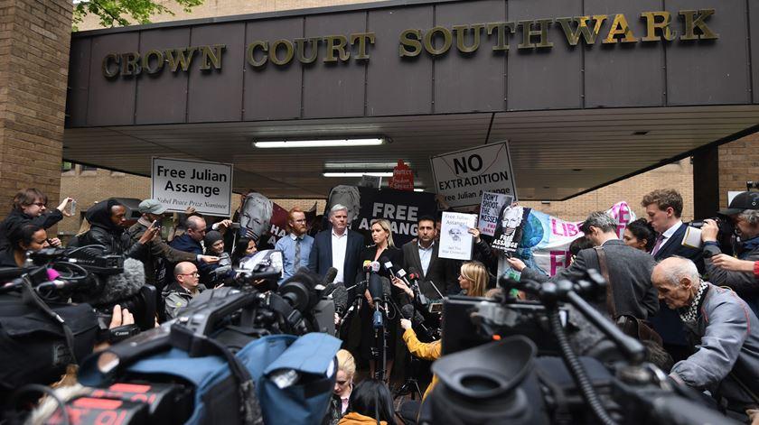 Á porta do tribunal, em Londres. Foto: Facundo Arrizabalaga/EPA
