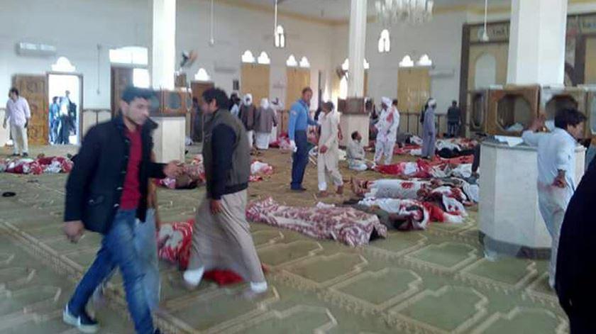 """O atentado """"vil e covarde"""" que matou mais de 300 pessoas no Egipto"""