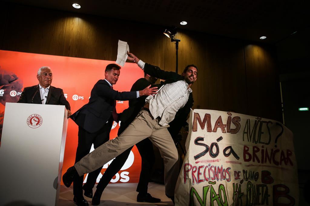 Francisco Pedro a ser retirado por seguranças do palco no evento do PS. Foto: Mário Cruz/Lusa