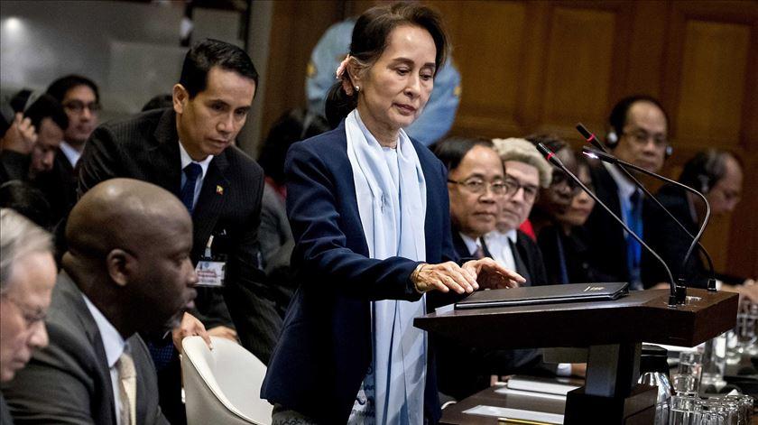 Aung Suu Kyi nega acusações de genocídio e é recebida como heroína de Myanmar