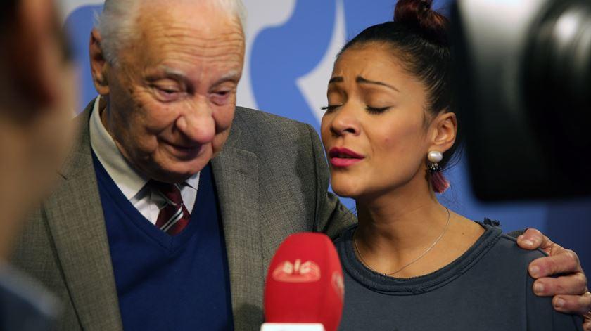 Aurélio Carlos Moreira, locutor da Rádio Sim e Raquel Tavares entrevistados pela SIC