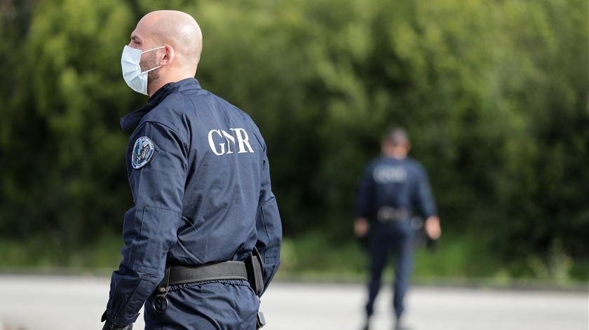 Grupo desrespeita proibição de ajuntamento em Sines. GNR obrigada a disparar para o ar, uma pessoa foi detida