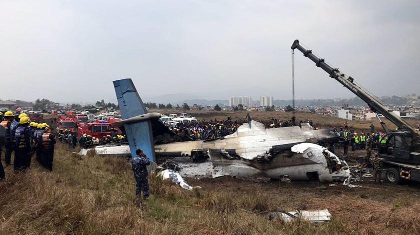 Avião cai no Nepal com 71 pessoas a bordo