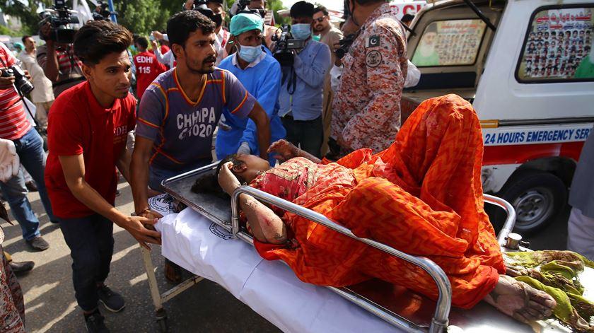 Avião despenha-se em zona residencial no Paquistão. Há pelo menos 56 mortos e dois sobreviventes