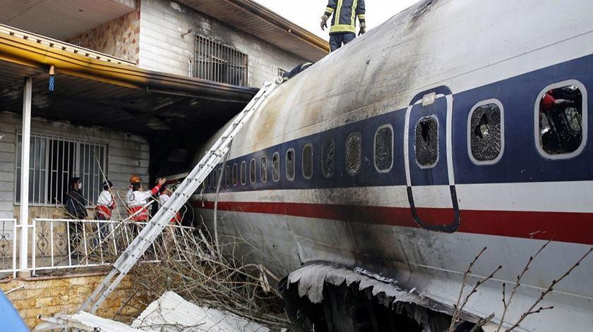 Avião de carga iraniano falha aterragem e atinge casas. Há um sobrevivente