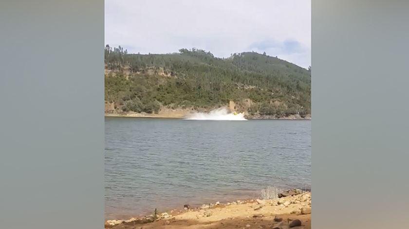 O momento em que o avião de combate a incêndios cai no rio Zêzere