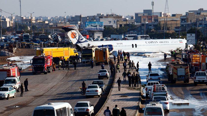 Avião sai da pista e entra em autoestrada no Irão