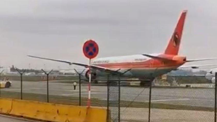 As imagens do deslize do avião destravado da TAAG no aeroproto do Porto