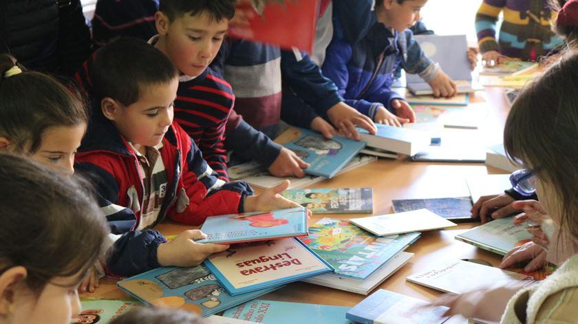 Várias crianças recebem material escolar. Foto: Bagos d