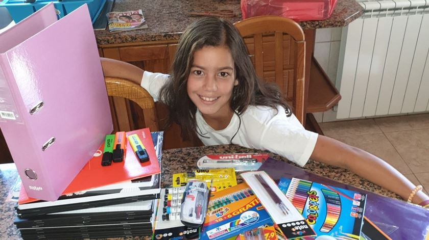Uma das crianças apoiadas com material escolar. Foto: Bagos d