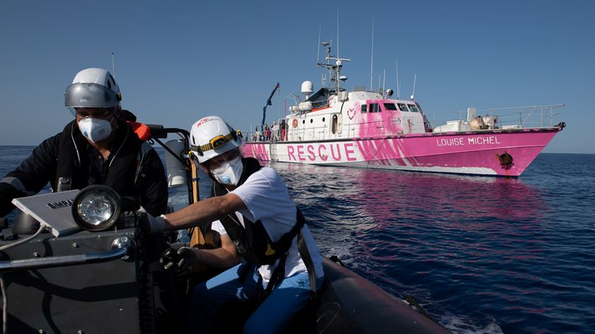 Navio humanitário de Banksy em apuros. Guarda costeira de Itália resgata 49 migrantes