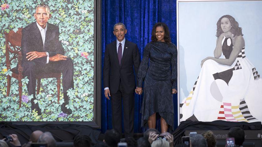Revelados os (surpreendentes) retratos oficiais dos Obama